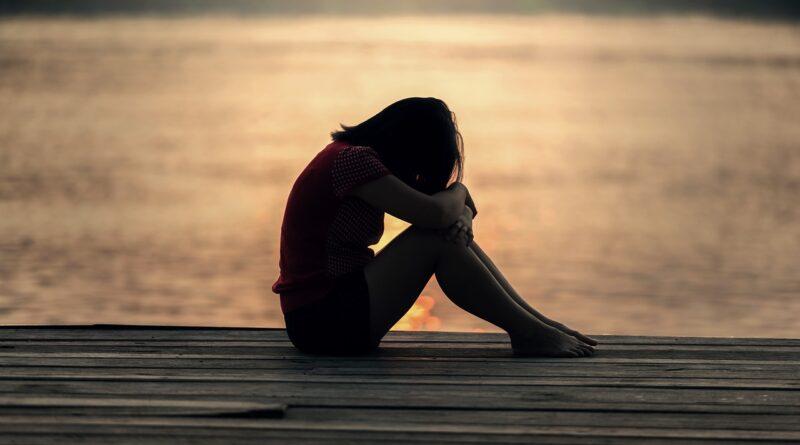 Kvinde i nedtrykt sindstilstand skjuler ansigtet. Pernille Rosenkrantz-Theils kritik af en selvmordstruet kvindes ytringer på Instagram udløser skarpt delte reaktioner på sociale medier. Det skriver HovsaDeling.dk. Foto: Sasin Tipchai/Pixabay