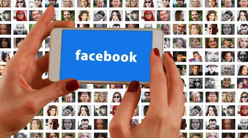 En 25-årig mand fra Aalborg blev i dag idømt fem måneders betinget fængsel for at misbruge profilbilleder fra Facebook til et online byttekatalog med nøgenfotos, og han skal samtidig betale i alt 1,6 millioner kroner i tortgodtgørelse til 329 kvinder. Det skriver HovsaDeling.dk. Foto: Gerd Altmann/Pixabay.
