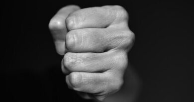 Politiet tager stærkt afstand fra, at man filmer vold og deler optagelserne med andre. Og de, der efterfølgende deler sådan en video, risikerer også at foretage sig noget ulovligt. Sådan lyder advarslen fra politiet, som har fået en række henvendelser om en video, der er blevet delt på Facebook, og som viser et voldeligt overfald på en ung mand på et toilet. Det skriver Hovsadeling.dk. Foto: Pixabay.